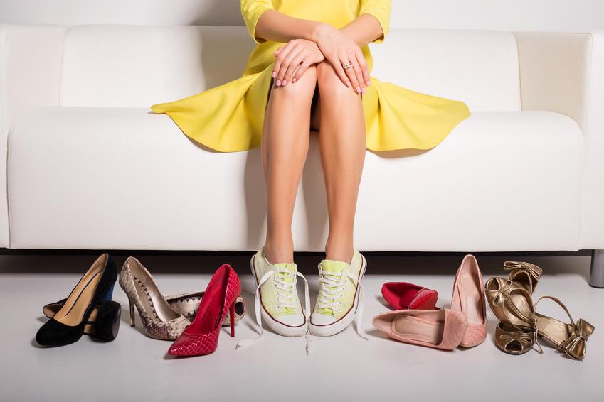 Frau mit verschiedenen Paar Schuhen