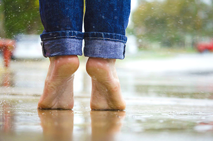 rain_bare_feet_